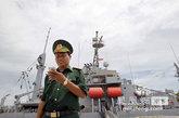 """7月15日,美国""""保护者""""号辅助支援舰停靠在越南岘港仙沙港码头。"""