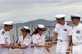 访问越南岘港的美军军官和越南海军女军官握手