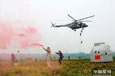 7月12日下午,成都军区载人航天工程陆上应急搜救演练在成都市凤凰山地域成功举行。这次演练基本情况设想为:神舟飞船在轨运行出现异常后,于四川成都近郊应急着陆,航天员发出求救信号,成都军区根据北京任务联合指挥所命令启动应急预案,与空运机动搜救队鼎新分队共同完成航天救援和返回舱回收任务。演练邀请北京、兰州、济南、南京、广州等军区代表现场观摩。空降兵某师、总装某基地、航天医学工程研究所、航天科技集团、成都军区总医院航天医疗救护分队、某集团军特种大队、某陆航团,以及公安、武警、民兵预备役等联合参加了这次搜救演练。(中国军网 蔡道鹏)