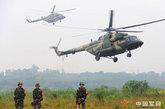 军区总医院医疗队乘直升机到达现场
