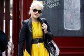 亮黄色连衣裙本来就有视觉膨胀的效果,图中女明星自爆其短,露出了一双粗腿,建议换成长裙效果会更好。