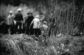 吴八老岛面积约1.55平方公里,岛上有耕地70垧,岛上虽说没有金矿和石油,但是在中苏友好的蜜月时期,苏方人员经常上岛打草砍伐树木,中方也不加以阻挠。好比是邻居偶尔用一下你的东西,在关系好的时候你根本不会在乎。图中岸坎上披风衣者为苏校级军官,坎中为苏军尉级军官。他们指挥士兵阻止我边民登岛.