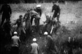 这就给苏方在以后视吴八老岛为苏联领土留下了隐患。从双方拳打脚踢到苏军开枪打死在岛上巡逻的中国边防军,冲突越演越烈。图中吃亏了的苏军气急败坏,用棍子猛捅中国边民。下为参加当年登岛的呼玛知青、民兵战斗英雄山秋林。