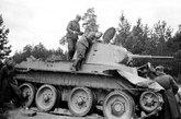 BT坦克采用了轮履合一的特别设计,公路行驶时可卸下履带用带胶负重轮行走,公路速度可达86千米/小时。而同期的德国坦克仅能达到40千米/小时。图为被德军缴获的BT-7坦克。