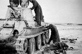 被德军缴获的BT-7坦克,该坦克机动和火力较好,但装甲仅有13-15毫米,不仅无法抵挡最普通的反坦克炮,也无法抵挡反坦克枪的打击。
