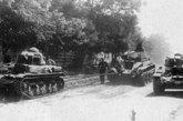 在乌克兰战线上,被罗马尼亚军队缴获的BT-7坦克,由罗马尼亚的R-35坦克拖行。