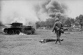 1941年7月,被击毁的BT-7坦克及战死的苏联坦克兵。