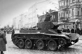 1941年战争爆发时,BT-7虽然并非新型坦克,但仍是世界上机动性能最好的坦克,而且45毫米炮和大多数德国坦克威力相当,唯一缺点是装甲太薄弱。图为在列宁格勒街头的BT-7坦克。