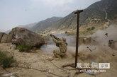 7月14日,美军第27步兵团2营A连的一名士兵,持火箭筒向塔利班武装的疑似藏身地点开火。