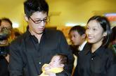 蒋家第五代蒋得曦满月晚宴在国民党中央党部举行,蒋友柏夫妇抱着满月的蒋得曦向前来祝贺的贵宾一一致谢。