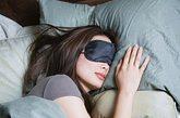 """2.""""每天保证至少8个小时的睡眠能延长寿命。""""    正确答案:错!    加州大学的一项研究表明,每天睡眠5-7个小时的人,比每天睡眠超过8个小时或者不足4个小时的人更加长寿。太多的睡眠可能是抑郁症或其他健康问题的诱因。"""