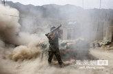 7月18日,和美军第27步兵团2营A连配合作战的阿富汗士兵,手持RPG火箭向塔利班武装的疑似藏身地点开火。