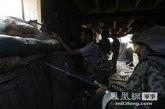 7月18日,阿富汗政府军官兵向塔利班武装射击。塔利班占据了美阿联军据点外围山地,向联军阵地不断射击。