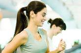 """6.""""跑步和走路相比,对于人们身体的损害更大,更可能缩短寿命。""""    正确答案:错!    根据一项丹麦研究表明,合理运动的人们(每周5次,每次30分钟走路)比不锻炼的人能多活一年半。但是,如果同样运动频率的话,半个小时的跑步能增加人们4年的寿命。"""