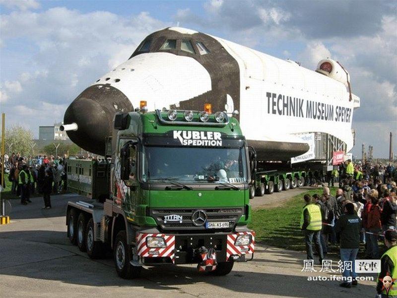 巨无霸卡车强行拉载飞机 几乎被压垮