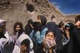 由于当地的传统禁止女性家庭成员参加葬礼,Rokhshana Rahimi的女性亲属在葬礼外痛哭。
