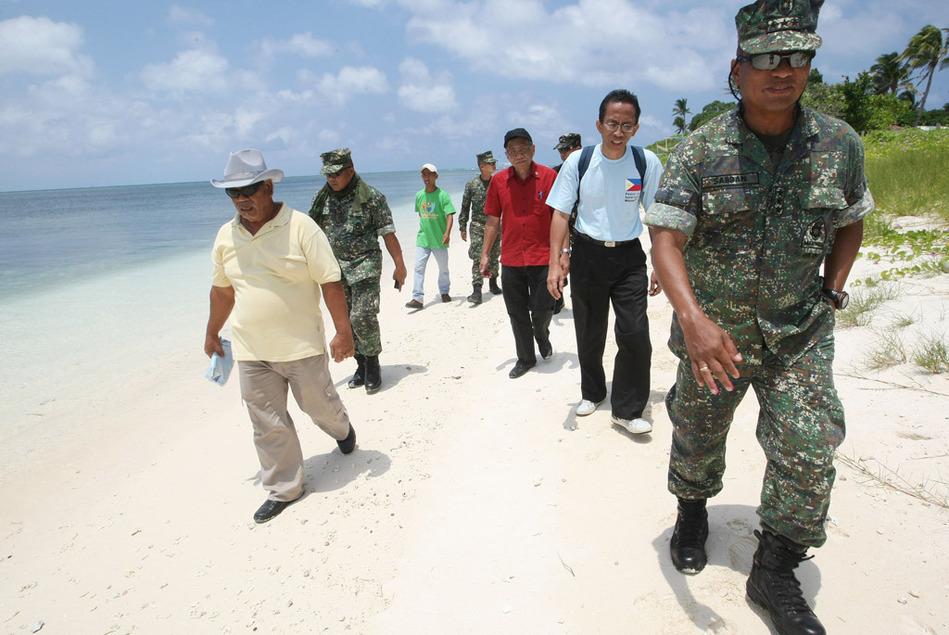 """菲律宾国会议员登上南沙中业岛""""宣誓主权"""""""