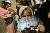 Rokhshana Rahimi的家人拿着她生前的照片。