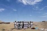 男人们在为Rokhshana Rahimi祈祷。