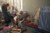 """15岁的 Marzia Bazmohamed 打碎了家里的电视机,害怕受到丈夫打骂选择了自焚。    美国女摄影师Stephanie Sinclair 通过3年时间,在位于阿富汗西部赫拉特的一所设备简陋的公立医院,拍摄了这样一群长期遭受家庭暴力的当地女性。她们脆弱、恐惧、无助,绝望地以自焚方式企图终结生不如死的处境。这些图像受到了世界各地媒体的广泛关注,赫拉特医院因此建立了一个技术更先进的全新的烧伤科。Stephanie Sinclair 也通过接触这群企图自焚自杀的""""娃娃新娘"""",对中东地区的童婚事件开始进行更深入的关注报道。"""