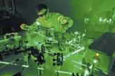 国防科大从上世纪90年代起开展量子信息技术研究。这是科研人员在量子计算实验室进行激光稳频试验的情景。