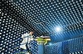 """7月上旬,记者慕名探访这所大学,一大批自主创新成果让人惊叹:""""天河一号""""超级计算机、""""飞腾-1000""""CPU、""""北斗""""卫星导航系统关键设备、中低速磁浮列车……一大批代表中国和世界先进水平的科研成果在这里诞生;高性能计算、目标识别、基础软件、卫星导航定位、光学镜面精密加工、指挥自动化、网络、磁浮交通……一大批核心关键技术在这里突破。漫步校园,从满腹经纶的老教授,到锐意进取的中青年专家,再到朝气蓬勃的青年学子,创新的激情在他们的胸中激荡。图为在具有国际领先水平的科研实验室——微波暗室里,科研人员正在进行科学试验。"""