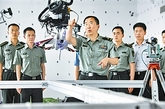 国防科大拥有一批掌握核心关键技术的高水平专家群体,成为推进国防科技自主创新的重要力量。这是中国科学院院士于起峰教授指导科研人员和研究生的情景。