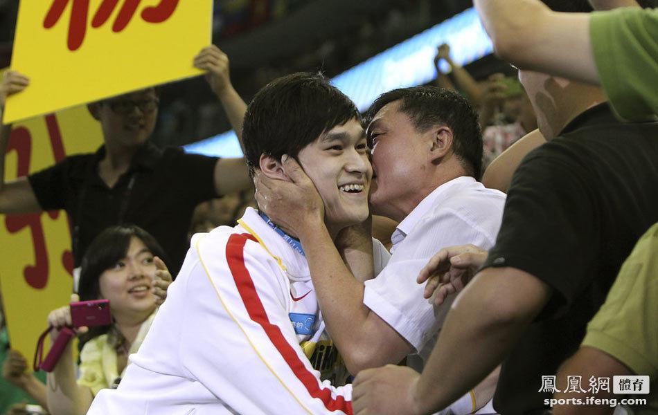 """孙杨800米自由泳夺冠 叔叔看台""""强吻""""[高清大图]"""