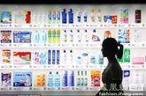 """随后,记者在南京东路地铁站换乘大厅体验了一把""""虚拟超市""""购物。在下载了""""1号店""""客户端后,点进去即能看到""""扫描条形码、二维码""""的橙色按钮,点击进入后拍摄想购买的一款牙膏的二维码,屏幕上很快就跳出了商品的具体名称和价格,随后即可根据提示购买,操作比较方便。不过,记者也发现,目前该""""虚拟超市""""只接受货到付款和使用抵用券两种支付方式,智能手机广泛使用的手机银行及信用卡支付尚未开通。""""1号店""""相关人士表示,手机银行及信用卡支付等方式还在进一步测试中,不久即可正式推出。"""