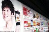 """海报暂无法亮相屏蔽门 目前地铁站内每个""""海报货架""""上的商品数量还比较有限,约80余种,主打产品是各色饮料、方便面等快速消费品。"""