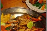 最值得推荐的是炭烧老虎虾:个头足有一巴掌大,肉质结实,富有弹性,口感比炭烧龙虾还棒,适合一大口冰啤一大口虾肉的纯爷们吃法。
