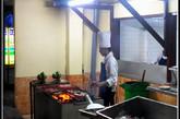 这是巴厘岛海鲜餐厅常见的阵势:一边是新鲜的海产,一边是满头大汗的烧烤师傅。