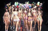 7月27日,在哥伦比亚麦德林举行的哥伦比亚时尚内衣秀上,几位名模特红唇展示新款作品。