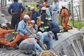 2005年4月25日日本JR福知山线出轨事故, 日本兵库县尼崎市: 一列由宝冢驶往学研都市线的快速列车,因驾驶欲追回误点时刻而来不及在弯道上减速造成出轨,列车与一辆车相撞后,冲入一座住宅大厦,造成第一车厢与第二车厢全毁,由于第一车厢为女性专用车厢,因此死亡的107人中女性占较为多数,另有555人受伤。
