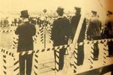 1932年王亚樵策划刺杀日军大将白川义,图为攻击发生前一瞬的检阅台,从左到右为日本在沪侨领河端真次,驻上海公使重光葵,日本第三舰队司令野村吉三郎大将,上海派遣军司令白川义则大将,第九师团师团长植村谦吉中将。就在这些日本军政两界的大员肃立高唱《君之代》时,尹奉吉将炸弹投上了检阅台,正落在河端的脚前,画面中的五人无一幸免,连拍摄照片的上海侨团书记长友野盛也被炸成重伤。