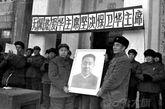 """粉碎""""四人帮""""后,黑龙江省驻军某部迎接华国锋像。"""