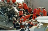 1998年6月3日,德国艾须德高铁车祸 高速列车ICE出轨并撞上陆桥,101人死亡。发生后三天,所有此型号火车停驶进行全面检测。重新运行后,最高时速由280KM降至160,随后德铁DB更换了被认为是事故原因的此型号火车的全部车轮。死伤者获得德铁共计4300万马克赔偿。此事引发全国讨论反思。