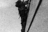 """""""八一三""""淞沪抗战中登陆中的日军。"""