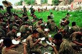 1998年大抗洪,战士们正在吃午餐。