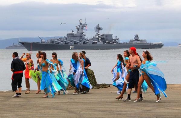 文工团美女和战舰争相亮相