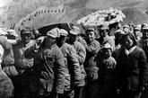 毛泽东亲自为张浩烈士抬棺。