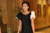 刘涛的这条黑色连衣裙,巧妙的黑白袖子设计,她总是贵妇发型出镜,符合自己的身份。