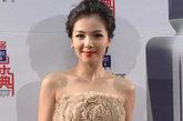 刘涛的这身裸色系的衣服在加上热辣红唇,真是性感高贵。