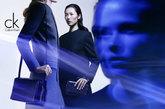 CK by Calvin Klein2011秋季广告大片选择Lara Stone和刘雯作为主角,以一种未来主义的视角展现了2011秋季系列的风范。摄影师Craig McDean的镜头前,模特们以一丝不苟的后梳直发和严谨的流线剪影展现出品牌特有的高贵典雅。刘雯虚镜头的面孔特写给整个广告大片带来一种异常妩媚的未来主义质感。
