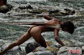 湖北省巴东长江三峡支流神农溪深谷里,至今为旅游保留着人文活化石的纤夫,中新社发 贾国荣 摄