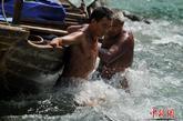 川鄂长江激流险滩上的纤夫,历来豪放朴实、果敢尚义、爱喝烈酒。