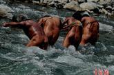 他们在五月底为参加荆楚文化行的海峡两岸摄影家再现雄姿。
