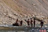 逆水而上时,纤夫腰成满弓,纤缆如弦,在陡峭山岸上手抠岩缝,