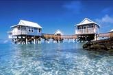 百慕大群岛以金黄色的海岸和浴场、异国他乡的鲜果、中世纪的古堡和教堂吸引着游客。