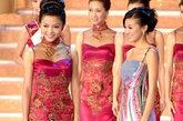 旗袍礼服融入了透视效果,打造出抹胸的感觉让传统旗袍越发性感,金色刺绣依旧显得很华丽大气,港姐造型突出的华丽感越来越高调了。
